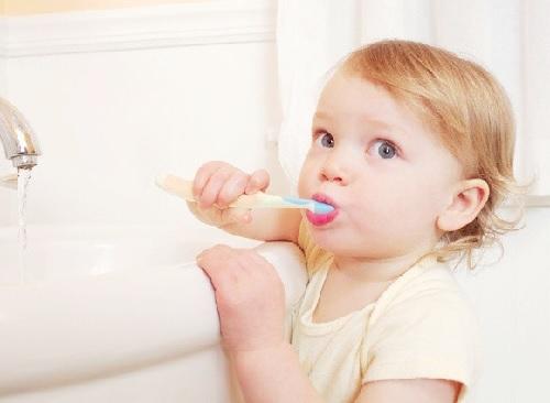 Dạy bé đánh răng
